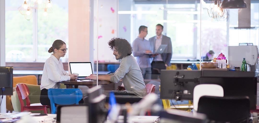 personer i kontorsmiljö